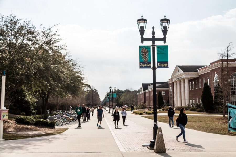 UNCW+students+stroll+down+Chancellor%27s+Walk