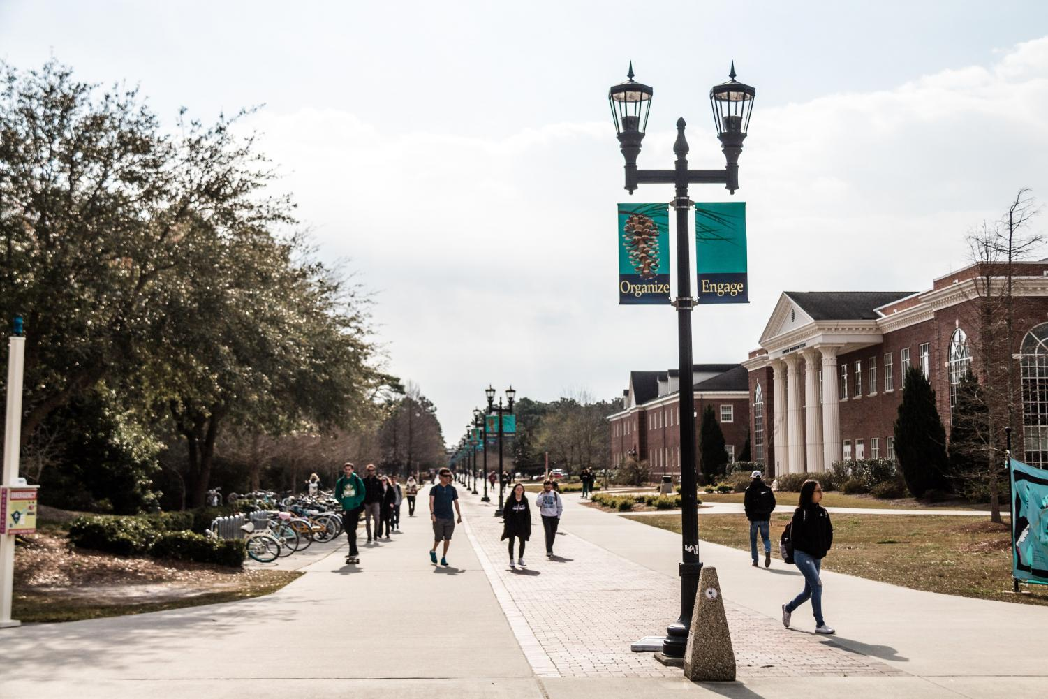 UNCW students stroll down Chancellor's Walk