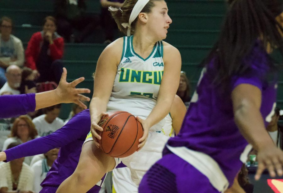 Grace Sacco (33) looks to make a pass during UNCW's Nov. 17, 2018 contest against Grand Canyon