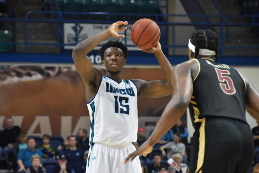 Devontae+Cacok+%2815%29+looks+to+pass+during+UNCW%27s+conference+opener+against+College+of+Charleston+on+Dec.+29%2C+2018.+