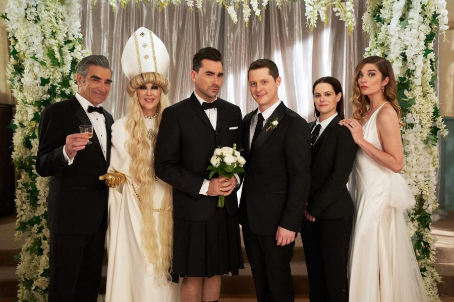 Johnny (Eugene Levy), Moira (Catherine O'Hara), David (Dan Levy), Patrick (Noah Reid), Stevie (Emily Hampshire), Alexis (Annie Murphy) in the series finale of